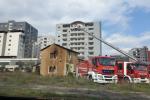 In fiamme un magazzino a Cosenza, vigili del fuoco spengono rogo