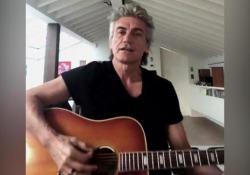 Ligabue canta «Niente Paura» e invita a donare agli ospedali L'emiliano propone il suo brano del 2007 e fa un appello per l'emergenza - Corriere Tv