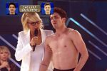 Amici, il ballerino Javier si sente male in diretta tv: Maria De Filippi ferma la gara
