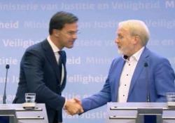 «Non stringetevi più la mano», ma ecco cosa fa il premier olandese La gaffe di Mark Rutte durante la conferenza stampa sull'emergenza coronavirus - CorriereTV
