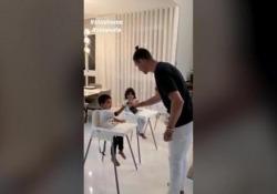 Cristiano Ronaldo spiega ai figli come disinfettare le mani Lezione di igiene dell'attaccante della Juventus ai suoi tre figli - Dalla Rete
