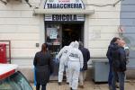 Messina, entra in tabaccheria a Provinciale: spara ad una donna e si suicida