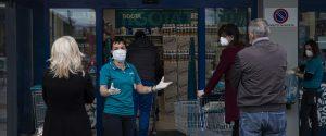 Fase 2, in fila con guanti e mascherine: così l'Italia del dopo Coronavirus