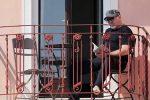 """Coronavirus, Vasco Rossi legge in balcone: """"Un libro è una consolazione"""""""