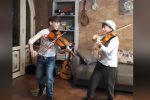 Giovani violinisti di Agrigento suonano Viva la vida, i Coldplay ringraziano