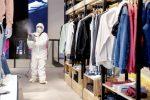 Ambienti arieggiati e no ai prodotti chimici: le regole per sanificare i negozi
