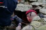 Arsenale e gel esplosivo dietro ad un muretto a secco nelle campagne di Ciminà - Video