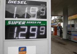 Benzina, scendono i prezzi ai distributori Tra gli effetti del coronavirus il crollo del prezzo del petrolio - Ansa