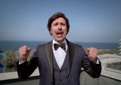 Checco Zalone, nel video di «Immunità di gregge» è come Modugno L'attore ha interpretato un nuovo brano raccontando questi due mesi di quarantena (e c'è anche Virginia Raffaele) - Corriere Tv