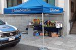 Coronavirus, cibo per le famiglie povere: polizia in campo per una raccolta benefica