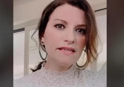 Coronavirus, l'appello di Laura Pausini a sostegno dei lavoratori del mondo dello spettacolo, «Nessuno resti inascoltato» La cantante chiede che a loro venga assicurato un trattamento economico e previdenziale dignitoso - Ansa