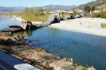 """Crolla un ponte in provincia di Massa: strada """"collassata"""", coinvolto un furgone"""