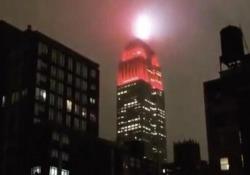 Distopico: una «sirena rossa» in cima all'Empire State Building Il grattacielo si illumina di rosso per i medici in prima linea. A molti newyorkesi, però, non piace - Dalla Rete