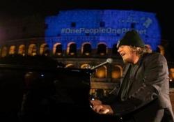 """Earth Day, Zucchero canta l'inedito scritto con Bono davanti a un Colosseo deserto Il cantante si esibisce per la manifestazione a salvaguardia dell'ambiente con l'inedito """"Canta la Vita"""", tratto da """"Let Your Love Be Know"""" del leader degli U2. con il testo ..."""