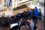 Folla, applausi e palloncini per un funerale nel quartiere rom a Lamezia: ignorati i divieti - Video