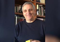 Maurizio De Giovanni: «Prendete un libro a caso e viaggerete anche da casa» Lo scrittore napoletano racconta la sua quarantena - CorriereTV