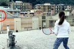 Giocano a tennis sui tetti dei palazzi, due giovani atlete diventano star web