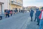 Gioia Tauro, incivile fila per i buoni spesa: ressa davanti al municipio