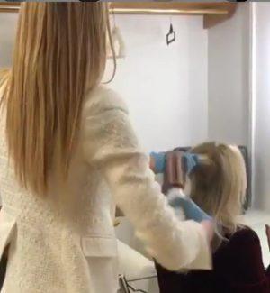 Ospiti in tv, Elena Santarelli sistema i capelli a Rita Dalla Chiesa in camerino: è polemica
