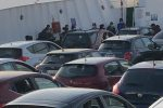 Traffico sullo Stretto di Messina, pendolari in coda per imbarcarsi: 50 auto restano a terra