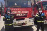 Coronavirus a Cosenza, l'omaggio dei vigili del fuoco a medici e infermieri