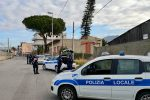 Reggio, sale sul cofano dell'auto che l'ha investito aggrappandosi al tergicristalli: ferito