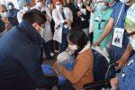 Partorisce mentre è in coma per il Coronavirus, dopo 2 settimane può abbracciare il figlio