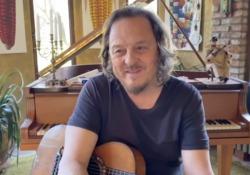 Zucchero: «Prendo appunti per il futuro (e scambio film con mio figlio)» Il racconto dalla quarantena del cantante - CorriereTV