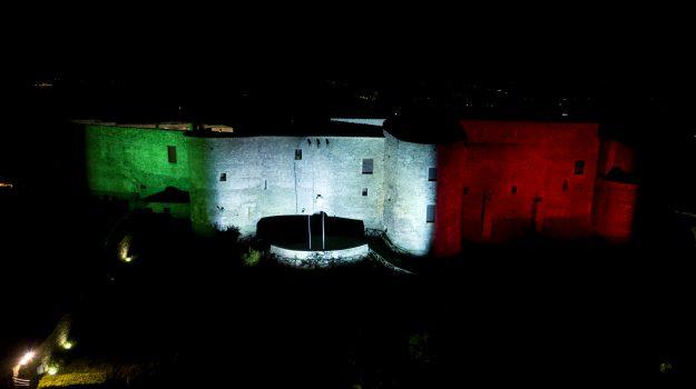 Il castello di Vibo Valentia illuminato con il Tricolore: le foto