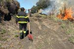 Vulcano, appicca il fuoco alle sterpaglie e distrugge 15 ettari di vigneto: denunciato