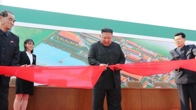 Corea del Nord, Kim Jong-un riappare in pubblico e inaugura un centro fertilizzanti: le foto