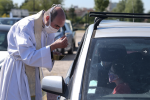 """Francia, 500 fedeli su 200 auto per la messa """"drive-in"""" nella Marna"""