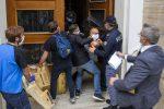 Protesta dei commercianti a Cosenza, momenti di tensione in prefettura - Foto