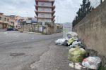 Reggio Calabria invasa dai rifiuti, le foto della spazzatura su strade e marciapiedi