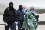 Silvia Romano arriva in Italia col velo islamico, si è convertita durante la prigionia