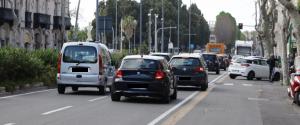 """Auto in doppia fila, traffico e passeggiate: il """"pericoloso"""" avvio della Fase 2 a Messina"""