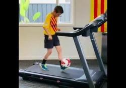 Barcellona, prodezze con il pallone sul tapis roulant Riley è un giovane calciatore dell'Accademia del Barcellona con un talento particolare - Dalla Rete
