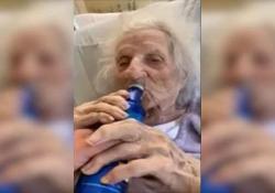 Bisnonna (103 anni) sconfigge il coronavirus e si beve una birra L'americana Jennie Stejna festeggia la guarigione nella casa di cura dove è ricoverata, in Massachusetts - CorriereTV