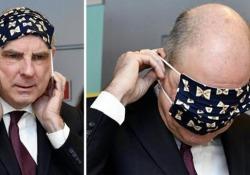 Il ministro belga Koen Geens ha qualche problema ad indossare la mascherina: l'ilarità sui social Come Koen Geens, ministro della Giustizia in Belgio - CorriereTV