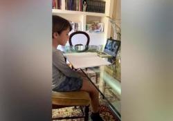 «Caro Ludovico, solo quando sarai grande potrai capire che cosa succede» Rispondendo ad un compito dato dalla maestra, ha scritto una lettera per il suo fratellino per raccontargli che cosa succede in questi mesi di isolamento - Corriere Tv
