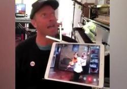 Chris Martin canta «Viva la Vida» e duetta con i due bambini violinisti siciliani Il cantante in collegamento via social con i due siciliani Mirko e Valerio - Corriere Tv