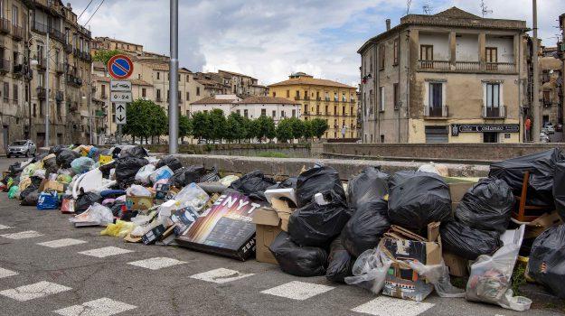 """Cosenza, 400 tonnellate di rifiuti in attesa di essere raccolte """"decorano"""" la città"""