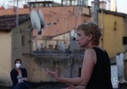 """Fase 2, teatro sui tetti a Roma: l'attrice Toffolatti si esibisce per i condomini """"Un esperimento per vedere se si possono rianimare alcuni spazi della città"""", ha spiegato l'artista - LaPresse/AP"""
