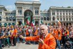 """La protesta dei """"gilet arancioni"""", in piazza senza mascherina"""