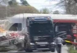 Il treno distrugge la barca sul camion al passaggio a livello Lo spettacolare incidente in Norvegia - CorriereTV