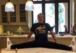 In forma perfetta (o quasi). Ecco la «spaccata» di Schwarzenegger «La flessibilità è importante quanto l'allenamento con i pesi» dice la star di Hollywood, 72 anni - CorriereTV