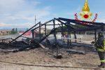 Incendio sul lungomare di Sellia Marina, distrutto uno stabilimento balneare