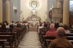Prima domenica in chiesa a Messina, fra schermi giganti e pinzette per l'eucaristia
