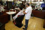 """""""Barriere fisiche"""" e niente riviste: le regole della fase 2 per parrucchieri ed estetisti"""