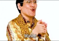 """Pikotaro, il comico giapponese torna con un tormentone anti-Covid: «Wash wash wash» Nel 2016 ha conquistato il mondo con la hit """"PPAP"""" (Pen-Pineapple-Apple-Pen) - Ansa"""